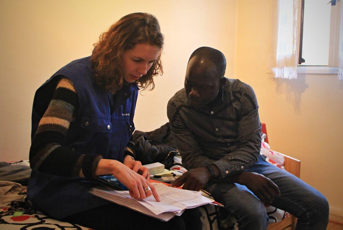 EMLT nurse counseling in shelter by Loisel